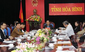Đồng chí Nguyễn Văn Quang, Chủ tịch UBND tỉnh cùng lãnh đạo, đại diện các Sở, ban, ngành dự hội nghị trực tuyến tại điểm cầu Hòa Bình.
