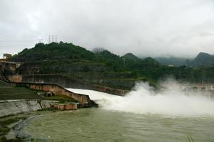 Mặc dù hoạt đi vào hoạt động hàng chục năm, nhưng đến năm 2015, thủy điện Hòa Bình mới được đơn vị chức năng cấp phép khai thác nước mặt.