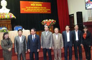 Đồng chí Bùi Văn Tỉnh, UVT.Ư Đảng, Bí thư tỉnh ủy, Chủ tịch HĐND tỉnh trao đổi với các đại biểu dự hội nghị.
