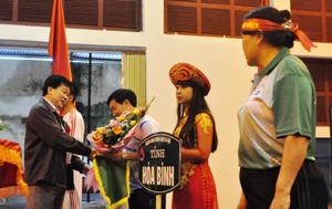 Đồng chí Nguyễn Văn Chương, Phó Chủ tịch UBND tỉnh tặng cờ lưu niệm cho các đoàn tham gia Hội thao.