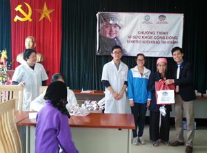 Đại diện Đoàn TN trường Đại học dân lập Phương Đông tặng quà cho người cao tuổi xã Kim Truy, huyện Kim Bôi.