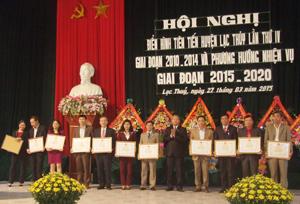Lãnh đạo huyện Lạc Thuỷ trao giấy khen cho các tập thể, cá nhân có thành tích xuất sắc trong phong trào thi đua yêu nước giai đoạn 2010- 2014.