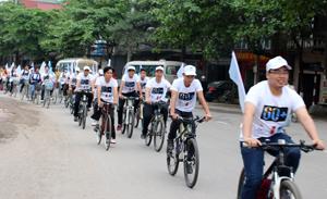 Lực lượng diễu hành hưởng ứng Giờ Trái đất năm 2015 trên đường An Dương Vương (TP Hòa Bình).
