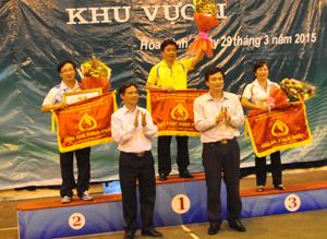 Đại diện lãnh đạo NHCSXH Việt Nam và NHCSXH tỉnh Hoà Bình trao giải nhất nhì ba toàn đoàn cho các đội.