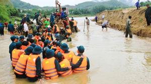 Lực lượng vũ trang huyện Sơn Hà (Quảng Ngãi) tham gia làm bờ kè chống sạt lở.