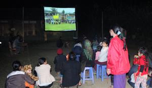 Một buổi chiếu phim lưu động phục vụ nhân dân xóm Nhõi 3, xã Xuân Phong (huyện Cao Phong).