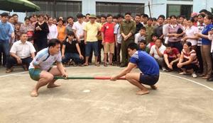 Một trận đấu tại giải bắn nỏ-kéo co-đẩy gậy huyện Kim Bôi năm 2015.