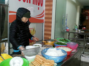 Thông qua công tác tuyên truyền, các cơ sở sản xuất, kinh doanh đã chấp hành nghiêm các quy định về VSATTP.  ảnh: Một quán kinh doanh thực phẩm tại phường Phương Lâm – TP Hòa Bình chấp hành nghiêm túc các quy định về vệ sinh ATTP
