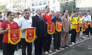 Ban tổ chức tặng cờ lưu niệm cho các đội tham gia thi đấu giải bóng chuyền mềm Hội người cao tuổi huyện Đà Bắc năm 2016.