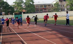 Học sinh trường phổ thông năng khiếu TD-TT trong giờ tập luyện.