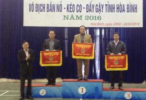 Lãnh đạo Sở VH-TT&DL trao cờ toàn đoàn cho các đơn vị đạt nhất, nhì, ba.