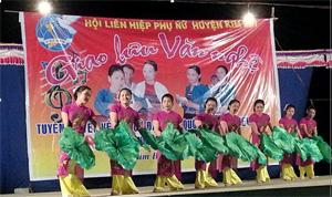 """Một tiết mục múa hát trong Đêm giao lưu văn nghệ chủ đề """"tuyên truyền về Bầu cử đại biểu quốc hội và đại biểu HĐND các cấp của Hội LHPN huyện Kim Bôi."""