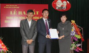 Thừa ủy quyền của Chủ tịch UBND tỉnh, lãnh đạo Sở Nội Vụ trao quyết định cho lãnh đạo trung tâm thông tin và thống kê khoa học và công nghệ.