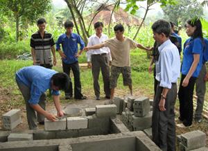 """Hưởng ứng phong trào """"Nhà sạch - vườn đẹp - môi trường trong lành - ngõ xóm văn minh"""", ĐV-TN xã Tử Nê (Tân Lạc) đóng góp ngày công xây dựng nhà vệ sinh đạt chuẩn."""