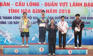 Đồng chí Bùi văn Cửu, Phó Chủ tịch TT UBND tỉnh trao huy chương nội dung bóng bàn đơn nam dưới 50 tuổi cho các vận động viên đạt giải nhất, nhì, ba.