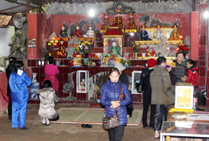 Sinh hoạt tâm linh của phật tử tại lễ hội chùa Tiên năm 2016  diễn ra trật tự, đúng quy định.