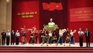 Tiết mục múa của Đoàn nghệ thuật Dân gian các dân tộc tỉnh tại buổi gặp mặt  các cơ quan báo chí, văn - nghệ sĩ, nhà báo tỉnh nhân dịp Xuân Bính Thân 2016.