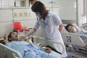 Y, bác sỹ Khoa Điều trị tích cực (Bệnh viện Đa khoa tỉnh) thăm khám cho bệnh nhân.