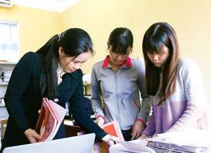 Cán bộ các xã, thị trấn tiếp nhận tài liệu tại phòng Nội vụ,  cơ quan thường trực ủy ban Bầu cử huyện Yên Thuỷ.