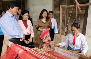 Đồng chí Trần Đăng Ninh, Phó Bí thư TT Tỉnh uỷ thăm chi hội phụ nữ thôn Cóm, xã Đông Lai, huyện Tân Lạc.