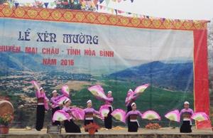 Tiết mục văn nghê đậm đà bản sắc dân tộc Thái tại lễ hội Xên Mường năm 2016.