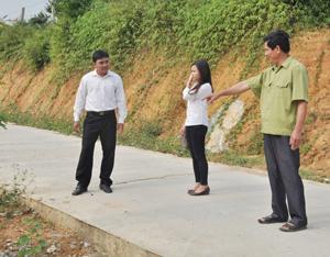 Ông Phạm Văn Chiến (bên phải), xóm Nam Sơn 2 trao đổi với  cán bộ xã Thu Phong (Cao Phong) về vận động người dân  tham gia hiến đất xây dựng NTM.