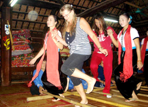 Đến với bản Lác, xã Chiềng Châu (Mai Châu) du khách nước ngoài  được trải nghiệm và tham gia các hoạt động sinh hoạt cộng đồng đặc sắc của dân tộc Thái.