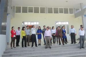 Các đại biểu tham quan Trung tâm học tập cộng đồng xã Đồng Tâm (Lạc Thủy),  công trình hoàn thành nhờ sự đồng thuận cao giữa chính quyền  và người dân trong quản lý, sử dụng đất.