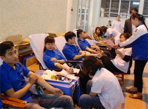 Đông đảo đoàn viên, thanh niên tham gia hiến máu tình nguyện tại lễ phát động.