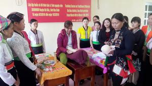 Các học viên thực hành các kỹ năng về chăm sóc sức khoẻ sinh sản tại cộng đồng.