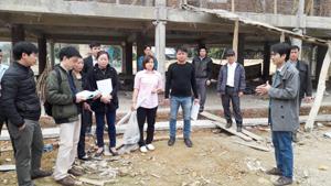 Trong quá trình học, các học viên đã đi khảo sát thực tế công tác giám sát cộng đồng tại công trình nhà văn hóa xã Hiền Lương.