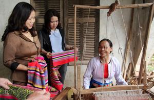 Lãnh đạo Hội LHPN tỉnh thăm quan làng nghề dệt thổ cẩm truyền thống xóm Cóm, xã Đông Lai (Tân Lạc).