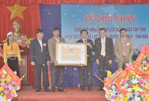 Lãnh đạo Sở VH-TT&DL trao bằng xếp hạng di tích lịch sử văn hóa cấp tỉnh.
