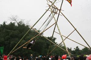 Lễ hội đu Vôi tại xã Liên Vũ, huyện Lạc Sơn.