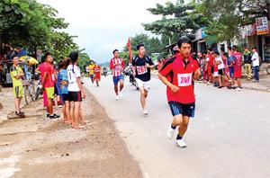Các VĐV tham gia thi đấu tại giải việt dã truyền thống huyện Tân Lạc năm 2015.