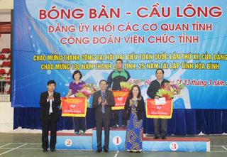 Các đồng chí lãnh đạo Đảng uỷ Khối các cơ quan tỉnh và Công đoàn viên chức tỉnh – Ban tổ chức giải trao cờ nhất, nhì, ba cho các đơn vị đạt giải toàn đoàn.