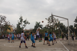 Trận thi đấu bóng rổ nam giữa 2 đội trường THPT Công Nghiệp 2 và THPT chuyên Hoàng Văn Thụ