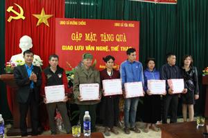 Bí thư Đoàn Thanh niên xã Yên Mông trao quà cho các hộ gia đình chính sách xã Mường Chiềng (Đà Bắc).