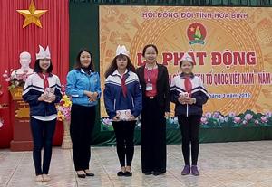 """Ban tổ chức trao giải thưởng cho 3 học sinh xuất sắc nhất của phần thi""""Rung chuông vàng""""."""