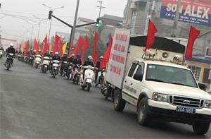 Đoàn diễu hành cổ động, tuyên truyền hưởng ứng Ngày Quyền của NTD Việt Nam 15/3 trên tuyến đường Đại lộ Thịnh Lang.