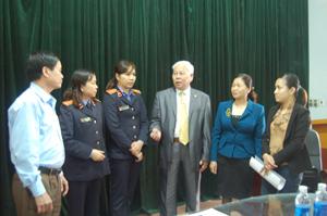 Đồng chí Nghiêm Phú Doãn, Phó Chủ tịch UBMTTQ tỉnh trao đổi về quy trình, thủ tục với đại diện các cơ quan, đơn vị có người tham gia ứng cử ĐBQH khóa XIV.   ảnh: p.v