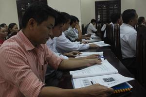 Các đồng chí lãnh đạo đảng ủy, UBND xã, thị trấn huyện Lạc Sơn tìm hiểu Luật sửa đổi, bổ sung một số điều của Luật BHXH, BHYT