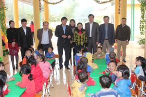 Đồng chí Trần Đăng Ninh, Phó Bí thư TT Tỉnh uỷ thăm trường Mầm non Suối Hoa, trường đạt chuẩn quốc gia đầu tiên của xã Độc Lập.