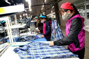 Sau tết Nguyên đán 100% công nhân công ty may Esquel Việt Nam tại KCN Lương Sơn đã bắt tay vào sản xuất.