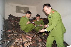 Trung tá Hà Công Ử kiểm tra súng của người dân giao nộp.