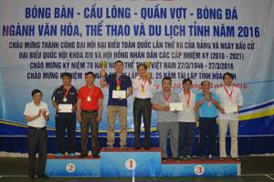 Đồng chí Bùi Ngọc Lâm, TUV, Giám đốc Sở VH-TT&DL trao huy chương cho các vận động viên đạt giải nội dung quần vợt  đôi nam.