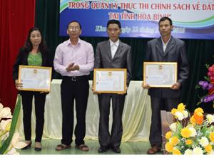 Lãnh đạo Hội ND tỉnh trao giấy khen cho 3 tập thể có thành tích xuất sắc trong thực hiện triển khai Mô hình đồng thuận trong quản trị đất.