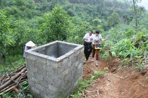 Người dân xã Đồng Chum (Đà Bắc) xây dựng bể tiết kiệm nguồn nước phục vụ đời sống và chăn nuôi.