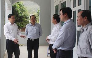 Đồng chí Bùi Văn Cửu, Phó Chủ tịch TT UBND tỉnh, trưởng Ban chỉ đạo thực hiện BHYT toàn dân tỉnh kiểm tra cơ sở vật chất tại trạm y tế Vạn Mai.