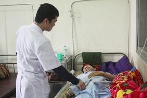 Bác sĩ khoa Ngoại tổng hợp, Bệnh viện Đa khoa tỉnh thăm khám cho bệnh nhân.